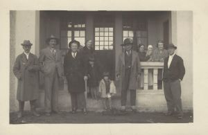 Emílio Kunz (terceiro da esquerda para a direita), na Vinícola Petronius (fim da década de 1930).