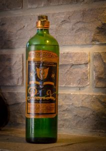 Sugar cane acquavit flavored with bergamot leaves, E. Kunz & Cia Ltda, Flores da Cunha (1961).